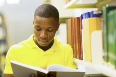 Livro de leitura africano do homem imagens de stock