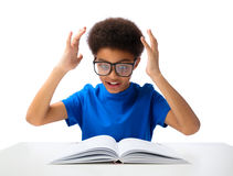 Livro de leitura afro-americano do menino de escola Fotos de Stock Royalty Free