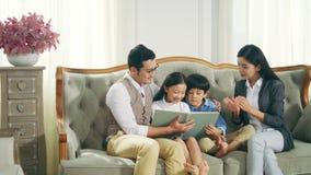 Livro de leitura asiático dos pais com filho e filha vídeos de arquivo