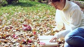 Livro de leitura atrativo da rapariga Modo outonal vídeos de arquivo