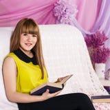 Livro de leitura bonito da menina Imagem de Stock Royalty Free