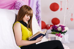 Livro de leitura bonito da menina Fotografia de Stock Royalty Free