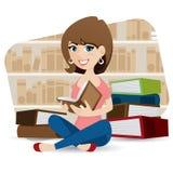 Livro de leitura bonito da menina dos desenhos animados na biblioteca Fotografia de Stock