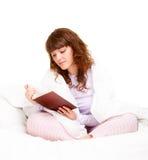 Livro de leitura bonito da mulher Foto de Stock