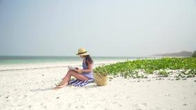 Livro de leitura caucasiano novo da mulher na praia vídeos de arquivo