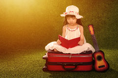 Livro de leitura chinês pequeno asiático da menina Foto de Stock