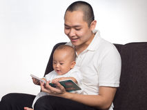 Livro de leitura com paizinho Fotos de Stock Royalty Free