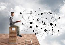 Livro de leitura considerável do indivíduo do estudante e conceito da conexão social Imagem de Stock