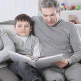 Livro de leitura da avó e do avô a seu neto O conceito da educação foto de stock royalty free