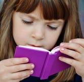 Livro de leitura da criança Foto de Stock Royalty Free