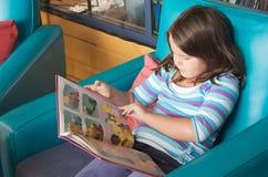 Livro de leitura da criança imagens de stock royalty free