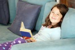 Livro de leitura da criança Fotos de Stock
