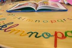 Livro de leitura da criança na biblioteca Foto de Stock Royalty Free