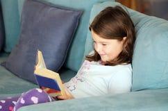 Livro de leitura da criança Fotografia de Stock Royalty Free
