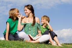 Livro de leitura da família Foto de Stock Royalty Free