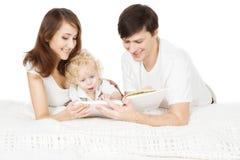 Livro de leitura da família, pai Read da mãe dos pais com criança foto de stock royalty free