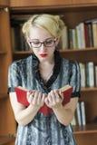 Livro de leitura da jovem mulher Fotografia de Stock