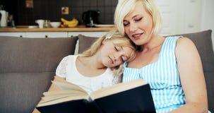 Livro de leitura da mãe à filha sonolento video estoque