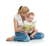 Livro de leitura da mãe ao bebê Fotos de Stock