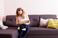 Livro de leitura da mãe a seu filho fotos de stock