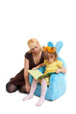 Livro de leitura da matriz e da filha Imagem de Stock Royalty Free