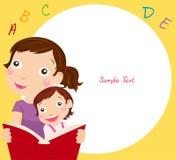 Livro de leitura da matriz e da filha Foto de Stock Royalty Free