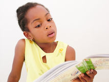 Livro de leitura da menina Imagens de Stock Royalty Free