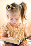 Livro de leitura da menina Fotografia de Stock