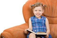 Livro de leitura da menina Imagem de Stock Royalty Free