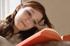 Livro de leitura da menina imagens de stock