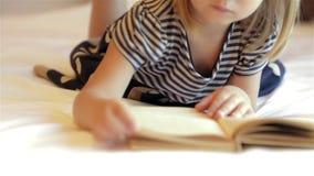 Livro de leitura da menina video estoque