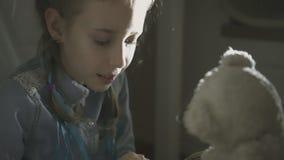 Livro de leitura da menina com urso de peluche filme