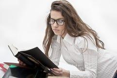 Livro de leitura da menina do estudante Fotos de Stock