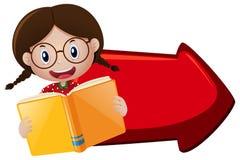 Livro de leitura da menina e seta vermelha Fotos de Stock