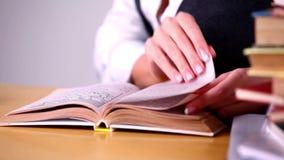 Livro de leitura da menina na biblioteca video estoque
