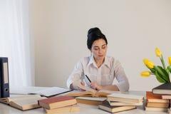 Livro de leitura da menina na tabela no negócio do escritório Imagem de Stock