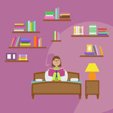 Livro de leitura da menina que senta-se na cama Imagem de Stock