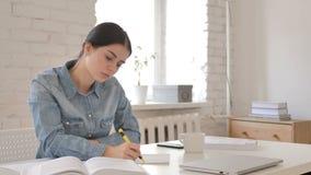 Livro de leitura da moça e escrita no papel, contrato video estoque