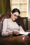 Livro de leitura da mulher. fotografia de stock