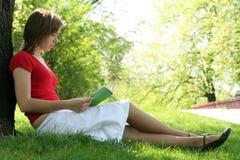 Livro de leitura da mulher Imagem de Stock Royalty Free