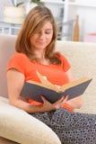 Livro de leitura da mulher foto de stock royalty free