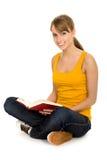 Livro de leitura da mulher imagem de stock