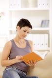 Livro de leitura da mulher imagens de stock royalty free