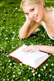 Livro de leitura da mulher Imagens de Stock