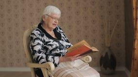 Livro de leitura da mulher adulta vídeos de arquivo