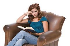 Livro de leitura da mulher consideravelmente nova Imagens de Stock