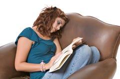 Livro de leitura da mulher consideravelmente nova Fotos de Stock Royalty Free