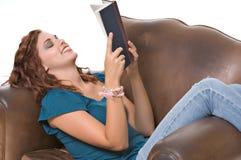 Livro de leitura da mulher consideravelmente nova Imagem de Stock