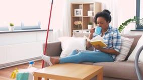 Livro de leitura da mulher e descanso após a limpeza da casa vídeos de arquivo