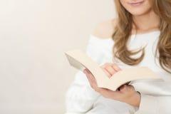 Livro de leitura da mulher e relaxamento Foto de Stock